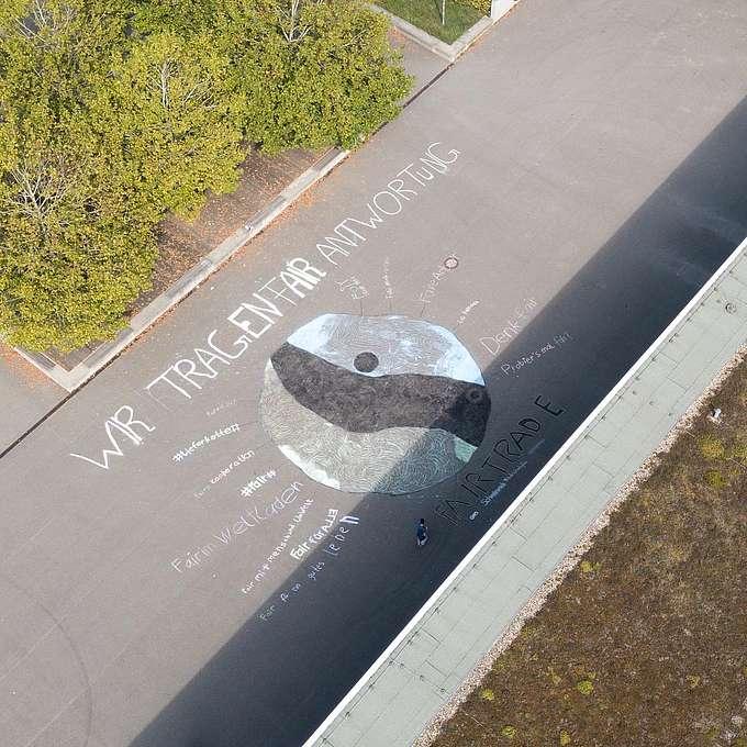 Kreideaktion auf Schulhof mit Schriftzug: Wir tragen Fairantwortung.
